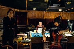 Alexandre Desplat à gauche, Jacques Audiard au fond: séance de violoncelle électrique avec Vincent  Segal au Studio Guillaume Tell, Suresnes, avril 2009