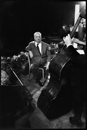 Alfred Hitchcock lors du tournage de la séquence du concert à l'Albert Hall, à Londres, dans L'Homme  qui en savait trop (The Man Who Knew Too Much, 1956)