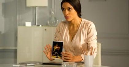 Rosario Dawson montrant le tableau de Goya dans Trance