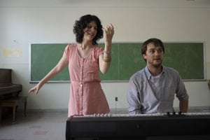 Gabrielle Marion-Rivard et Laurent (Benoit Gouin) dans Gabrielle