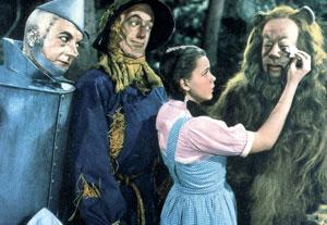 Judy Garland essuyant les larmes du lion dans Le Magicien d'Oz