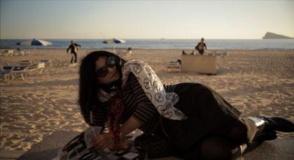 Marjane Satrapi sur la plage de Benidorm dans La Bande des Jotas