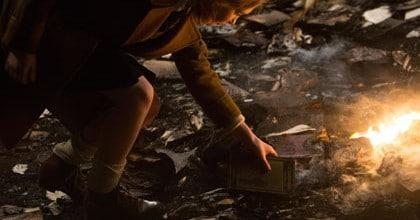La voleuse de livres se sert dans un autodafé nazi