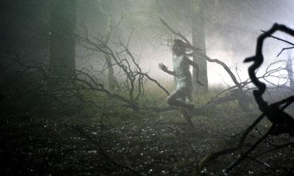 Neve (Missy Keating) fuyant