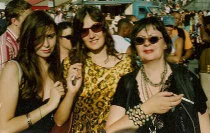 Pauline, Emilie sa soeur et leur mère dans Pauline s'arrache