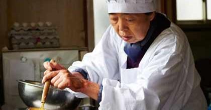 Tokue cuisant la pâte des dorayakis
