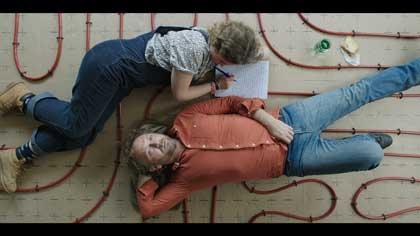 Liv Henneguier (Rose) et Andrzej Chyra (Jozef) dans Crache coeur