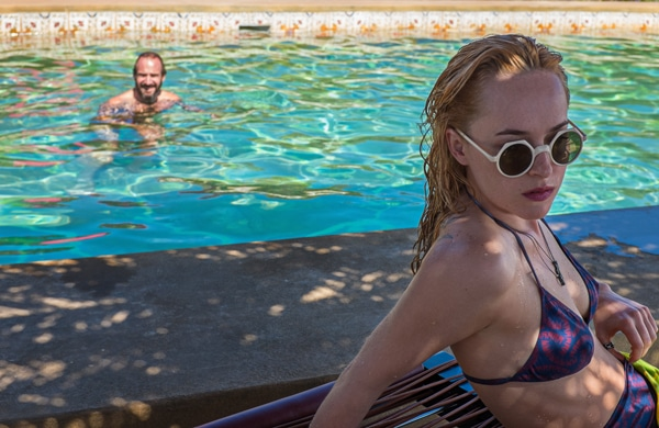 Ralph Fiennes et Dakota Johnson dans A bigger splash