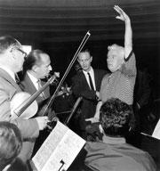 Charles Chaplin dirigeant les musiciens pour l'enregistrement de la musique de son film Un Roi à New  York le 21 juin 1957 au Palais de la Mutualité à Paris