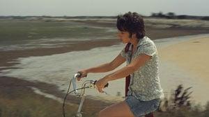 Lou Aziosmanoff (Maden) en vélo dans Ma belle gosse
