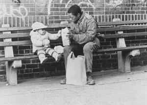 Charles Lane nourrissant la petite dans Sidewalk stories