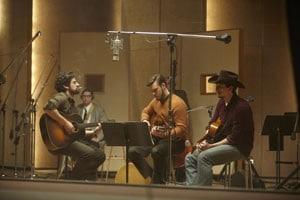 Oscar Isaac à la guitare dans Inside LLewyn Davis des frères Coen