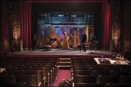 Emmanuelle Seigner et Mathieu Amalric sur la scène du théâtre dans Venus à la fourrure