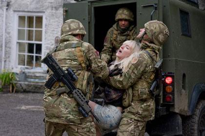 Saoirse Ronan embarquée par des militaires