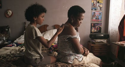 Junior (Samuel Lange) coiffant sa grand-mère