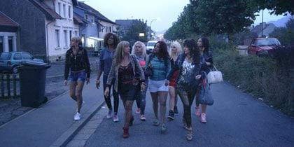 Angélique (à droite devant) et ses copines de cabaret