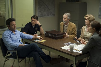Nick (Ben Affleck) interrogé au commissariat