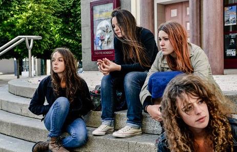 Gaëlle, Alice, Caroline et Rachel devant le lycée