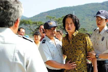 Le père (Song Sae-Byuk) arrêté par la police