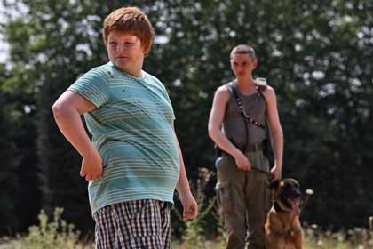 Bouboule (David Thiermans) et son copain maître-chien (Swann Arlaud)
