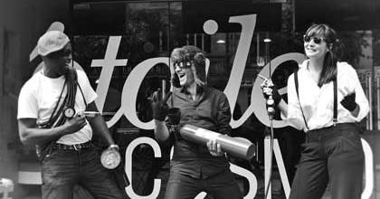 La joyeuse équipe de l'Etoile Cosmos de Chelles : Philippe Lula, le chef de cabine, Mathias Simson, le caissier et Dorothy Malherbe, la directrice