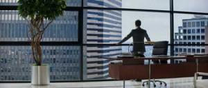Jamie Dornan domine le monde du haut de son bureau