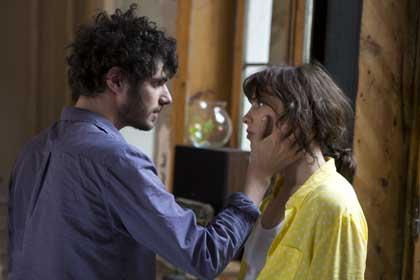Felix Moati (Micha) et Sophie Verbeeck (Charlotte) dans A trois on y va de Jérôme Bonnell