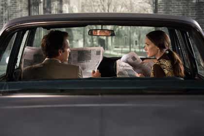 Sasha (Winona Ryder) et Stanley Milgram (Peter Saarsgarrd) dans Experimenter