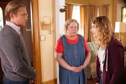 Billy Magnussen (Ellis), Kathy Bates (Maime Trotter) et Sophie Nélisse (Gilly Hopkins) dans La fabuleuse Gilly Hopkins