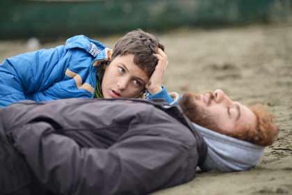 Milad Hossein pour (Amir Reza, le fils) et Navid Mohammad Zadeh (Ahmad) dans Nahid