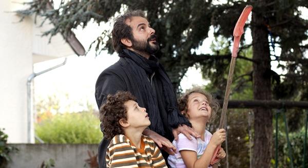 Ali Mosaffa et les enfants dans Le passé